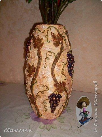 Купила осенний букет, а вазы нет. Решила сделать вазу сама. Посмотрела несколько мастер классов по изготовлению ваз, и вот результат. Основа пластиковая канализационная труба, картон и масса папье маше. Отделка соленое тесто. Роспись акриловые краски.  Сначала фрагменты.   фото 6