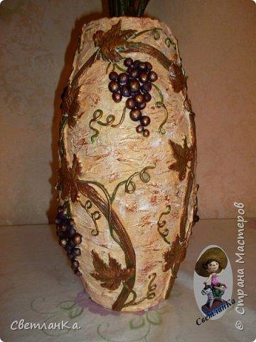 Купила осенний букет, а вазы нет. Решила сделать вазу сама. Посмотрела несколько мастер классов по изготовлению ваз, и вот результат. Основа пластиковая канализационная труба, картон и масса папье маше. Отделка соленое тесто. Роспись акриловые краски.  Сначала фрагменты.   фото 7