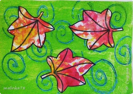 Листья летят в потоке ветра. Вихри рисуем восковыми мелками и покрываем все зеленой краской (сильно разбавленной водой), ждем когда все высохнет и приклеиваем листики. фото 1