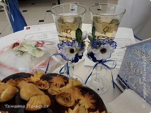 29 сентября в историю нашей семьи вошло днем свадьбы моей племянницы. Прекрасное, трогательное и одновременно очень радостное событие. декор был поручен мне. Было сделано многое: папка для свидетельства, коробочка для колец, подвязки невесты, домик-казна, план рассадки гостей, номерки на столы, карточки для гостей, поздравительные открытки. сегодня я хочу показать вам бокалы. фото 1