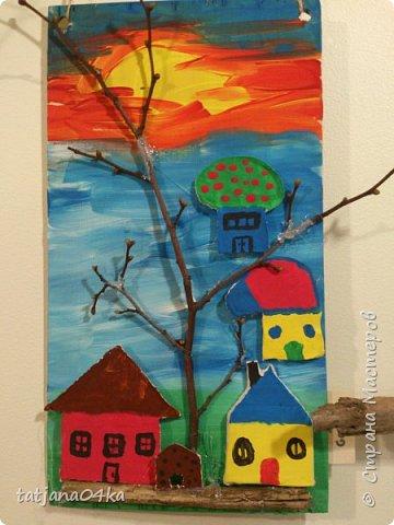 второй раз делаю такие работы с детьми,,,и каждый раз получаются они по разному,,,в это раз сделали меньше  домиков из глины,,но дополнили картинки вертикальными веточками фото 1