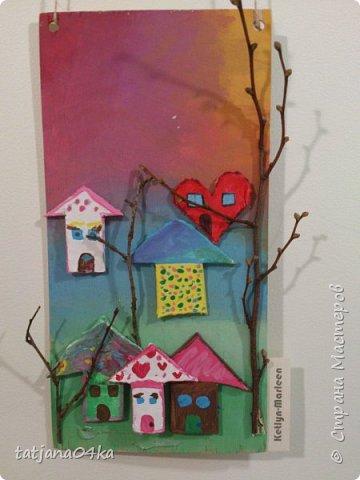 второй раз делаю такие работы с детьми,,,и каждый раз получаются они по разному,,,в это раз сделали меньше  домиков из глины,,но дополнили картинки вертикальными веточками фото 3