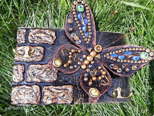 Идея такой бабочки- банальна... Этих стёклышек, было много, но постепенно запасы опустели и осталось много битых. У нас в городе сложно их найти, поэтому и выбрасывать было жалко. Крутила, вертела и придумала такую модельку бабочки... фото 5
