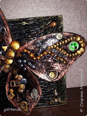 Идея такой бабочки- банальна... Этих стёклышек, было много, но постепенно запасы опустели и осталось много битых. У нас в городе сложно их найти, поэтому и выбрасывать было жалко. Крутила, вертела и придумала такую модельку бабочки... фото 7