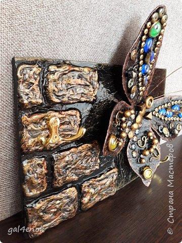 Идея такой бабочки- банальна... Этих стёклышек, было много, но постепенно запасы опустели и осталось много битых. У нас в городе сложно их найти, поэтому и выбрасывать было жалко. Крутила, вертела и придумала такую модельку бабочки... фото 3