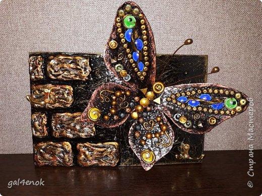 Идея такой бабочки- банальна... Этих стёклышек, было много, но постепенно запасы опустели и осталось много битых. У нас в городе сложно их найти, поэтому и выбрасывать было жалко. Крутила, вертела и придумала такую модельку бабочки... фото 1