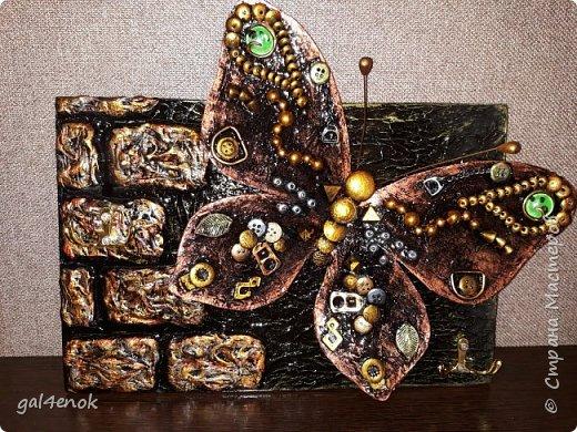 Идея такой бабочки- банальна... Этих стёклышек, было много, но постепенно запасы опустели и осталось много битых. У нас в городе сложно их найти, поэтому и выбрасывать было жалко. Крутила, вертела и придумала такую модельку бабочки... фото 6