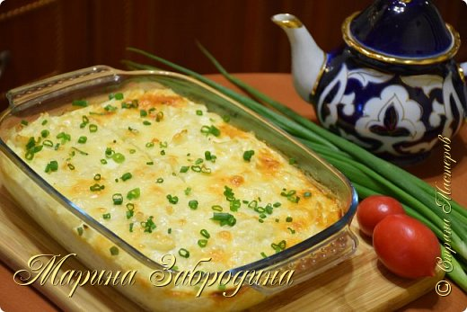 Запеканка из цветной капусты в сметанном соусе под сырной корочкой в духовке получается настолько вкусной что просто тает во рту. Рецепт достаточно прост в приготовлении, при этом блюдо получается безумно вкусным и нежным. Блюдо получается очень сытным поэтому им можно накормить на ужин всю семью.  Ингредиенты: 800 г цветной капусты 4 крупных яйца категории С0 120 г сметаны  130 г любого полутвердого сыра 0,5 ч.л. соли (в сметанную заливку) 1 ч. л сушеного чеснока небольшая щепотка черного молотого перца небольшой пучок зеленого лука (для подачи)  Готовить в форме размером: 19 Х 16 см, высота 5 см. Выпекать в заранее разогретой до 180 градусов духовке до готовности, примерно 25-30 минут. Приятного Вам аппетита! Подписывайтесь на мой канал https://www.youtube.com/channel/UCMqxAmLbMiM8pYuNAJKHqLw?view_as=subscriber    Приготовим еще много рецептов! фото 1