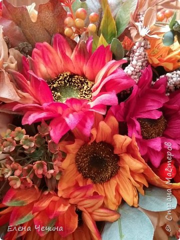 Фея Осень опять заблистала, Навела по-хозяйски красу. Сразу ярко и празднично стало В тихом жёлто-багряном лесу.  Засверкали средь зубчатых листьев Блики алых и рыжих рябин, Зарумянились спелые кисти, Что ни ягодка – точно рубин.  Фея медь раздарила и злато, Как солидный и царственный дед, Лес дремучий светло и богато, В золотую листву разодет. Светлана Юлина  фото 3