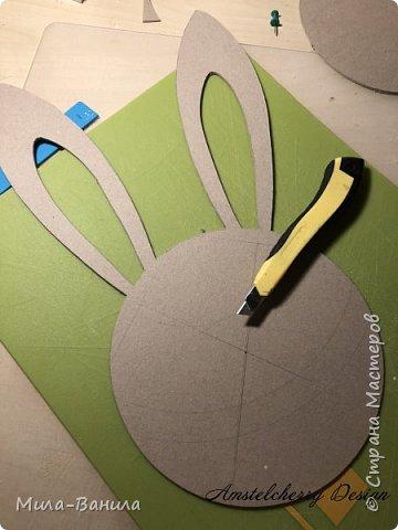 Вот и золотая осень подобралась совсем близко, а это значит самое время мастерить уютные вещицы в дом. Сегодня предлагаю сделать милые часики в детскую ( а может и не только) Нам понадобится: - Переплетный картон 30х40 (3 листа) - Клей полимерный - Грунт акриловый (или плотная белая краска) - Краска акриловая зеленая - Краска металлик под латунь/медь - Краска серая - Часовой механизм - Распечатка ушей и циферблата Приступаем! фото 4