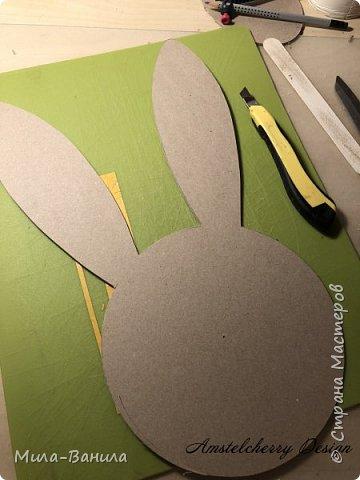 Вот и золотая осень подобралась совсем близко, а это значит самое время мастерить уютные вещицы в дом. Сегодня предлагаю сделать милые часики в детскую ( а может и не только) Нам понадобится: - Переплетный картон 30х40 (3 листа) - Клей полимерный - Грунт акриловый (или плотная белая краска) - Краска акриловая зеленая - Краска металлик под латунь/медь - Краска серая - Часовой механизм - Распечатка ушей и циферблата Приступаем! фото 3