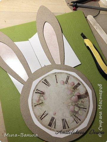 Вот и золотая осень подобралась совсем близко, а это значит самое время мастерить уютные вещицы в дом. Сегодня предлагаю сделать милые часики в детскую ( а может и не только) Нам понадобится: - Переплетный картон 30х40 (3 листа) - Клей полимерный - Грунт акриловый (или плотная белая краска) - Краска акриловая зеленая - Краска металлик под латунь/медь - Краска серая - Часовой механизм - Распечатка ушей и циферблата Приступаем! фото 5