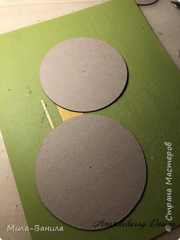 Вот и золотая осень подобралась совсем близко, а это значит самое время мастерить уютные вещицы в дом. Сегодня предлагаю сделать милые часики в детскую ( а может и не только) Нам понадобится: - Переплетный картон 30х40 (3 листа) - Клей полимерный - Грунт акриловый (или плотная белая краска) - Краска акриловая зеленая - Краска металлик под латунь/медь - Краска серая - Часовой механизм - Распечатка ушей и циферблата Приступаем! фото 7