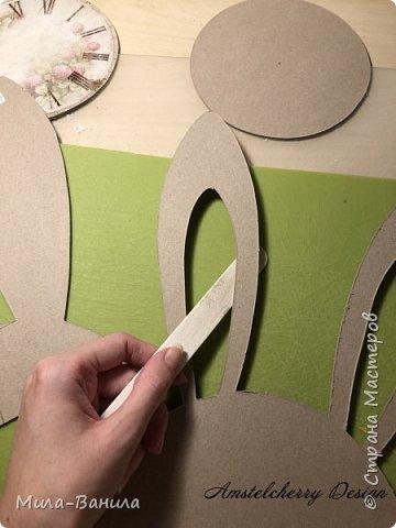 Вот и золотая осень подобралась совсем близко, а это значит самое время мастерить уютные вещицы в дом. Сегодня предлагаю сделать милые часики в детскую ( а может и не только) Нам понадобится: - Переплетный картон 30х40 (3 листа) - Клей полимерный - Грунт акриловый (или плотная белая краска) - Краска акриловая зеленая - Краска металлик под латунь/медь - Краска серая - Часовой механизм - Распечатка ушей и циферблата Приступаем! фото 8