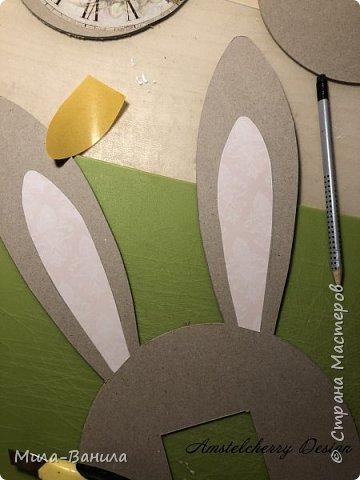 Вот и золотая осень подобралась совсем близко, а это значит самое время мастерить уютные вещицы в дом. Сегодня предлагаю сделать милые часики в детскую ( а может и не только) Нам понадобится: - Переплетный картон 30х40 (3 листа) - Клей полимерный - Грунт акриловый (или плотная белая краска) - Краска акриловая зеленая - Краска металлик под латунь/медь - Краска серая - Часовой механизм - Распечатка ушей и циферблата Приступаем! фото 9