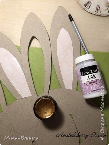 Вот и золотая осень подобралась совсем близко, а это значит самое время мастерить уютные вещицы в дом. Сегодня предлагаю сделать милые часики в детскую ( а может и не только) Нам понадобится: - Переплетный картон 30х40 (3 листа) - Клей полимерный - Грунт акриловый (или плотная белая краска) - Краска акриловая зеленая - Краска металлик под латунь/медь - Краска серая - Часовой механизм - Распечатка ушей и циферблата Приступаем! фото 10