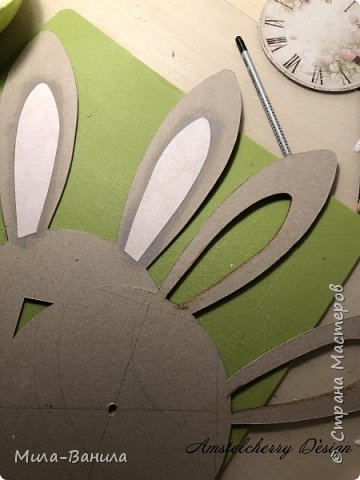 Вот и золотая осень подобралась совсем близко, а это значит самое время мастерить уютные вещицы в дом. Сегодня предлагаю сделать милые часики в детскую ( а может и не только) Нам понадобится: - Переплетный картон 30х40 (3 листа) - Клей полимерный - Грунт акриловый (или плотная белая краска) - Краска акриловая зеленая - Краска металлик под латунь/медь - Краска серая - Часовой механизм - Распечатка ушей и циферблата Приступаем! фото 11