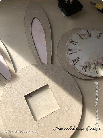 Вот и золотая осень подобралась совсем близко, а это значит самое время мастерить уютные вещицы в дом. Сегодня предлагаю сделать милые часики в детскую ( а может и не только) Нам понадобится: - Переплетный картон 30х40 (3 листа) - Клей полимерный - Грунт акриловый (или плотная белая краска) - Краска акриловая зеленая - Краска металлик под латунь/медь - Краска серая - Часовой механизм - Распечатка ушей и циферблата Приступаем! фото 13