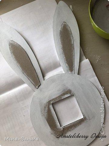Вот и золотая осень подобралась совсем близко, а это значит самое время мастерить уютные вещицы в дом. Сегодня предлагаю сделать милые часики в детскую ( а может и не только) Нам понадобится: - Переплетный картон 30х40 (3 листа) - Клей полимерный - Грунт акриловый (или плотная белая краска) - Краска акриловая зеленая - Краска металлик под латунь/медь - Краска серая - Часовой механизм - Распечатка ушей и циферблата Приступаем! фото 15