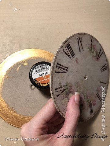 Вот и золотая осень подобралась совсем близко, а это значит самое время мастерить уютные вещицы в дом. Сегодня предлагаю сделать милые часики в детскую ( а может и не только) Нам понадобится: - Переплетный картон 30х40 (3 листа) - Клей полимерный - Грунт акриловый (или плотная белая краска) - Краска акриловая зеленая - Краска металлик под латунь/медь - Краска серая - Часовой механизм - Распечатка ушей и циферблата Приступаем! фото 19