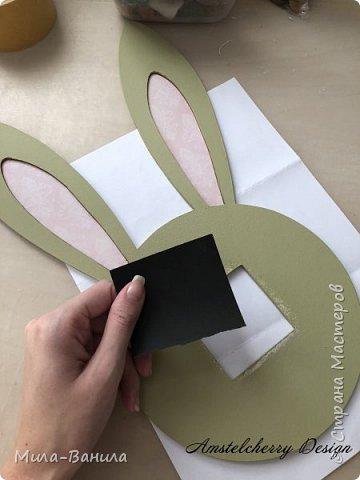 Вот и золотая осень подобралась совсем близко, а это значит самое время мастерить уютные вещицы в дом. Сегодня предлагаю сделать милые часики в детскую ( а может и не только) Нам понадобится: - Переплетный картон 30х40 (3 листа) - Клей полимерный - Грунт акриловый (или плотная белая краска) - Краска акриловая зеленая - Краска металлик под латунь/медь - Краска серая - Часовой механизм - Распечатка ушей и циферблата Приступаем! фото 21
