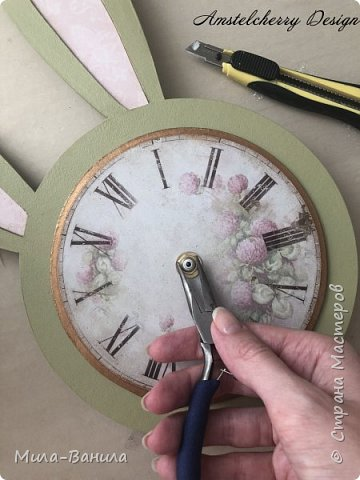 Вот и золотая осень подобралась совсем близко, а это значит самое время мастерить уютные вещицы в дом. Сегодня предлагаю сделать милые часики в детскую ( а может и не только) Нам понадобится: - Переплетный картон 30х40 (3 листа) - Клей полимерный - Грунт акриловый (или плотная белая краска) - Краска акриловая зеленая - Краска металлик под латунь/медь - Краска серая - Часовой механизм - Распечатка ушей и циферблата Приступаем! фото 22