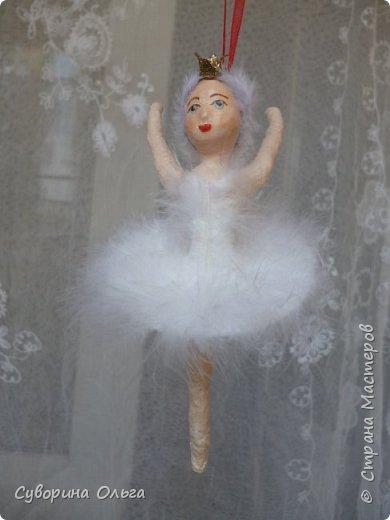 Здравствуйте всем! Сегодня закончила эту компанию: Одетта и Одилия - для племяшки,бравый гусар - для себя,любимой.Н-да,смотрю на фото и вижу,что гусар-то вроде-бы и меньше росточком,чем балерины,потом дошло,что они же на пуантах стоят,а он,бедненький, стоит под наклоном,чтобы не упал.Все встало на свои места. фото 6