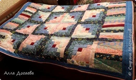 Вот такое одеяло я дошила летом,а начато было 4 года тому назад.Размер 165 х 200 см.  Ткани специальные для пэчворка,когда то был куплен набор роллов ,ширина полосок 5.5 см. фото 1