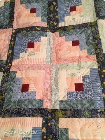 Вот такое одеяло я дошила летом,а начато было 4 года тому назад.Размер 165 х 200 см.  Ткани специальные для пэчворка,когда то был куплен набор роллов ,ширина полосок 5.5 см. фото 3