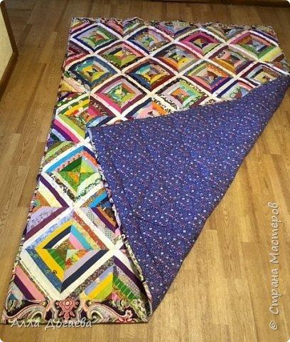 Вот такое одеяло я дошила летом,а начато было 4 года тому назад.Размер 165 х 200 см.  Ткани специальные для пэчворка,когда то был куплен набор роллов ,ширина полосок 5.5 см. фото 6