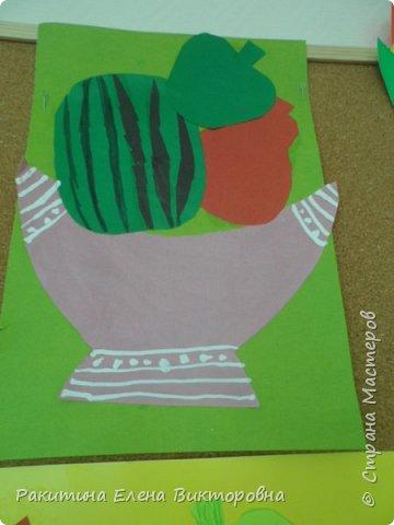 Всем добрый день! На уроке технологии мы с ребятами натюрморт из овощей и фруктов  изображали.  Вырезали по трафаретам, кто-то сделал объемные, кто-то плоскостными. Вот такие картины получились. фото 2
