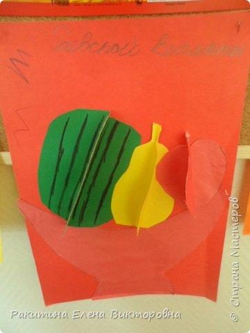 Всем добрый день! На уроке технологии мы с ребятами натюрморт из овощей и фруктов  изображали.  Вырезали по трафаретам, кто-то сделал объемные, кто-то плоскостными. Вот такие картины получились. фото 13