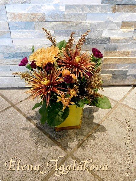 Добрый день! Сегодня я к вам снова с осенними композициями из цветов и листьев. Некоторые композиции не очень осенние, в них воспоминания о лете... Этим летом я решила осуществить еще одну свою мечту - научится цветочному дизайну. Очень люблю цветы, травки-муравки, деревья и вообще все растения. Очень увлекательно работать с цветами! Я взяла небольшой курс по цветочному дизайну. Дома делаю оранжировки из того что под рукой, беру цветы которые под рукой и из своего садика. Конечно сейчас почти все отцвели... Другие композиции делала для цветочного магазина где начала работать. Делюсь красотой! фото 11