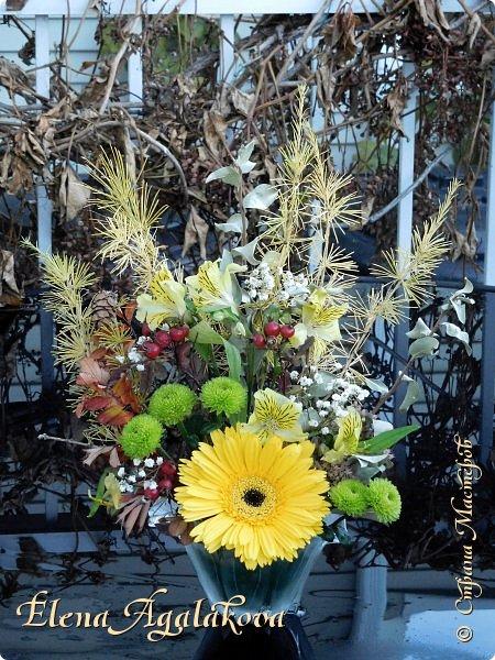 Добрый день! Сегодня я к вам снова с осенними композициями из цветов и листьев. Некоторые композиции не очень осенние, в них воспоминания о лете... Этим летом я решила осуществить еще одну свою мечту - научится цветочному дизайну. Очень люблю цветы, травки-муравки, деревья и вообще все растения. Очень увлекательно работать с цветами! Я взяла небольшой курс по цветочному дизайну. Дома делаю оранжировки из того что под рукой, беру цветы которые под рукой и из своего садика. Конечно сейчас почти все отцвели... Другие композиции делала для цветочного магазина где начала работать. Делюсь красотой! фото 2
