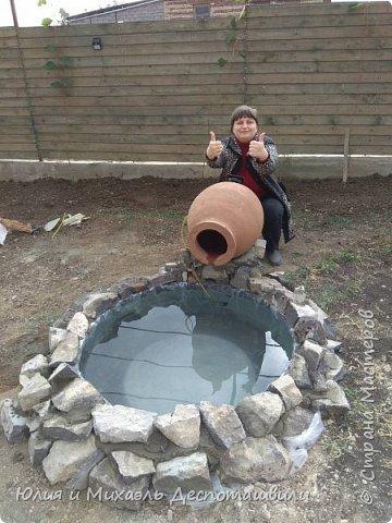 За один день Михаэль сделал такую красоту во дворе. Миниатюрный водойом с водой, льющейся из кувшина квеври. Делимся опытом, может кому пригодится! фото 2