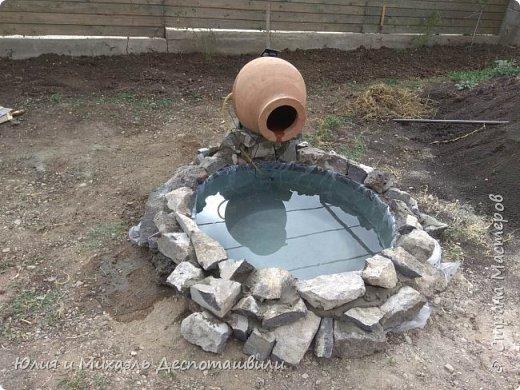 За один день Михаэль сделал такую красоту во дворе. Миниатюрный водойом с водой, льющейся из кувшина квеври. Делимся опытом, может кому пригодится! фото 1