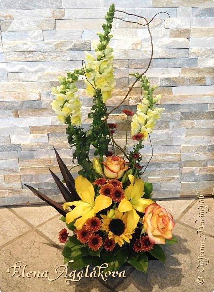 Добрый день! Сегодня я к вам снова с композициями из цветов . Этим летом я решила осуществить еще одну свою мечту - научится цветочному дизайну. Очень люблю цветы, травки-муравки, деревья и вообще все растения. Очень увлекательно работать с цветами! Я взяла небольшой курс по цветочному дизайну. Дома делаю оранжировки из того что под рукой, беру цветы которые найду, даже полевые и из своего садика.  Конечно сейчас все цветы в садике отцвели... поэтому приношу из магазина где работаю. Другие композиции делала для цветочного магазина где начала работать. Делюсь красотой! фото 10