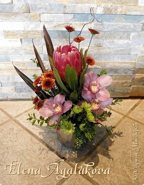 Добрый день! Сегодня я к вам снова с композициями из цветов . Этим летом я решила осуществить еще одну свою мечту - научится цветочному дизайну. Очень люблю цветы, травки-муравки, деревья и вообще все растения. Очень увлекательно работать с цветами! Я взяла небольшой курс по цветочному дизайну. Дома делаю оранжировки из того что под рукой, беру цветы которые найду, даже полевые и из своего садика.  Конечно сейчас все цветы в садике отцвели... поэтому приношу из магазина где работаю. Другие композиции делала для цветочного магазина где начала работать. Делюсь красотой! фото 2