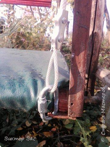Эти качели на даче я смастерил из палок, а скрепил их металлическими шпильками, саму качели подвесил на тросике. фото 7