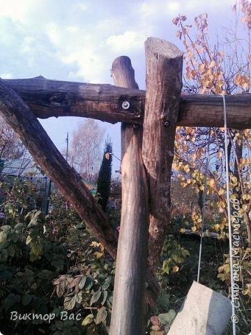 Эти качели на даче я смастерил из палок, а скрепил их металлическими шпильками, саму качели подвесил на тросике. фото 3