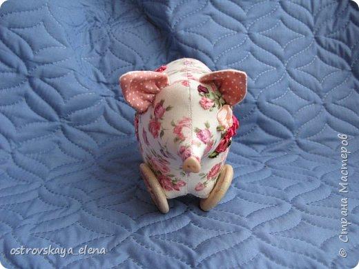 """Скоро-скоро Новый год! И вот ведь какое дело: каждому, буквально каждому хочется подложить свинью! - В прямом, а не в переносном смысле!)) Вот и я продолжаю готовиться к этому замечательному празднику. Сегодня Вашему вниманию представлены текстильные панно-картинки выполненные в технике объемной вышивки. Сама вышивка - элементарная, декоративными швами (в основном стебельчатым).Дальше,  в технике трапунто выполнен объем (ВСЕ поросята поднабиты синтепухом и простеганы согласно рисунку) Первая моя работа """"Хрюкин"""". Рамку тоже сделала объемной-мягкой - обтянута искусственным бархатом. фото 14"""