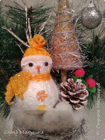 Всем доброго дня! У меня опять новогодние поделки. А как иначе? Это же самый любимый праздник, и встретить его нужно с размахом, весело, красочно и щедро. Итак, подвески из металлических крышек. Для декора использовала искусственную хвою, бантики из лент, бусы елочные, мишуру и все, что под руку попало.. Внутри фрагменты открыток. фото 11