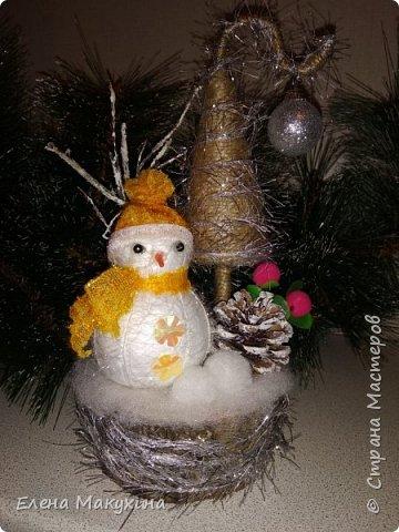Всем доброго дня! У меня опять новогодние поделки. А как иначе? Это же самый любимый праздник, и встретить его нужно с размахом, весело, красочно и щедро. Итак, подвески из металлических крышек. Для декора использовала искусственную хвою, бантики из лент, бусы елочные, мишуру и все, что под руку попало.. Внутри фрагменты открыток. фото 12