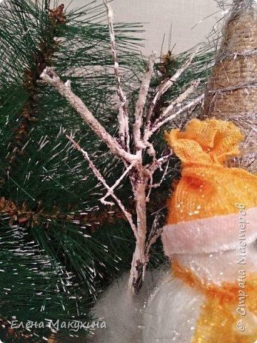 Всем доброго дня! У меня опять новогодние поделки. А как иначе? Это же самый любимый праздник, и встретить его нужно с размахом, весело, красочно и щедро. Итак, подвески из металлических крышек. Для декора использовала искусственную хвою, бантики из лент, бусы елочные, мишуру и все, что под руку попало.. Внутри фрагменты открыток. фото 14