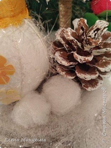 Всем доброго дня! У меня опять новогодние поделки. А как иначе? Это же самый любимый праздник, и встретить его нужно с размахом, весело, красочно и щедро. Итак, подвески из металлических крышек. Для декора использовала искусственную хвою, бантики из лент, бусы елочные, мишуру и все, что под руку попало.. Внутри фрагменты открыток. фото 15