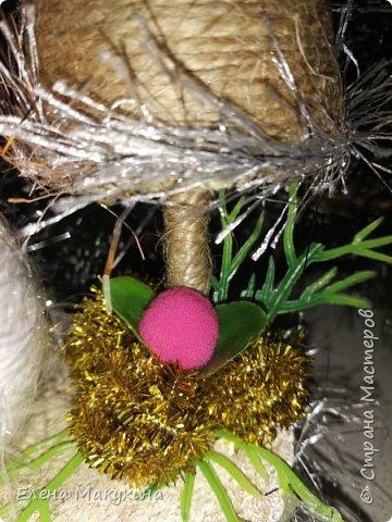 Всем доброго дня! У меня опять новогодние поделки. А как иначе? Это же самый любимый праздник, и встретить его нужно с размахом, весело, красочно и щедро. Итак, подвески из металлических крышек. Для декора использовала искусственную хвою, бантики из лент, бусы елочные, мишуру и все, что под руку попало.. Внутри фрагменты открыток. фото 18