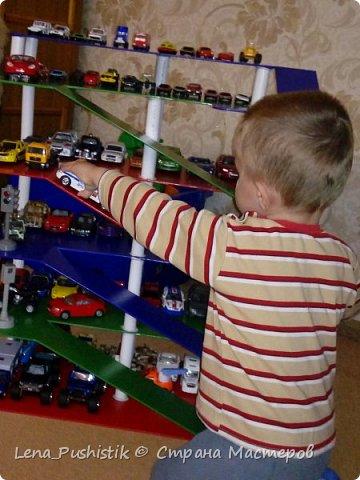 У нас много игрушечных машинок. Раньше хранились в ящике для игрушек. Это было не удобно. Приходилось высыпать все игрушки, чтобы найти какую-то одну машинку. Вспомнила, что у старшего сына была парковка (покупная), но маленькая. Поэтому пришла в годову идея сделать парковку нужных размеров и своими руками. Муж мой замысел одобрил и воплотил в жизнь. Вот, что вышло. фото 9