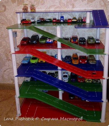 У нас много игрушечных машинок. Раньше хранились в ящике для игрушек. Это было не удобно. Приходилось высыпать все игрушки, чтобы найти какую-то одну машинку. Вспомнила, что у старшего сына была парковка (покупная), но маленькая. Поэтому пришла в годову идея сделать парковку нужных размеров и своими руками. Муж мой замысел одобрил и воплотил в жизнь. Вот, что вышло. фото 10