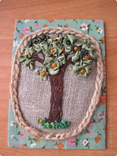 """Всем огромный привет! Сегодня у меня новая серия АТС карточек """"Апельсиновое дерево"""".  Давно хотела апельсиновое дерево сделать, конечно больше в задумках был небольшой топиарий...оставила на осень (даже заготовка до сих пор валяется) :-) Да, вышивка действительно затягивает, не удержалась...  Карточки созданы по технике вышивка. На этой серии оторвалась по полной :-), попробовала вышивать и гладью, и французским узелком, и рококо и лентами. :-)  Продолжаю отдавать долги. Мои кредиторы:  Неля, Оксана и  Юлия  На темном фоне  фото 20"""