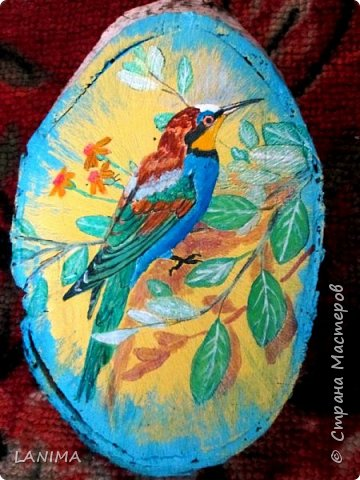 зимородок, симпатичная пугливая птичка, мне они нравятся так почему бы не заиметь такого дома! берём берёзовый спил, акриловые краски, кисть и картинку образец. И вот ещё один нарисованный домашний питомец, а живые пусть радуются свободе!!!!